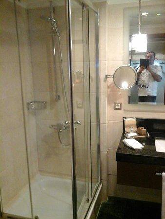 Movenpick Hotel Izmir: A LUXURIOUS BATHROOM