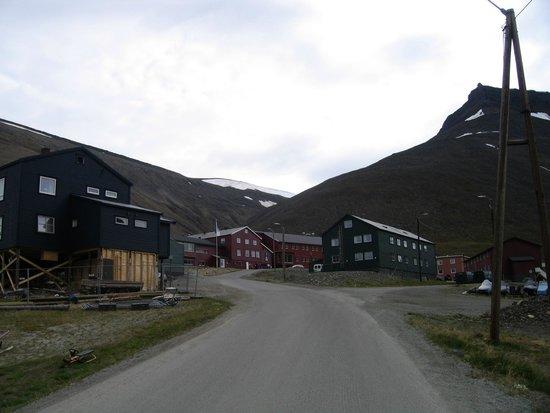 Spitsbergen Hotel: Hotel (Red Buildings in Centre)