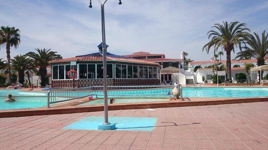 Duna Beach Bungalows: Bassenget er stort om enn noe begrenset for små barn som ikke kan svømme. Resturanten ligger ogs
