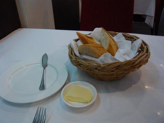 JP French Restaurant: パンとたっぷりのバター