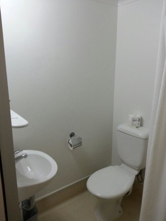 Ibis Budget Brisbane Airport: Toilet - double room with en-suite.