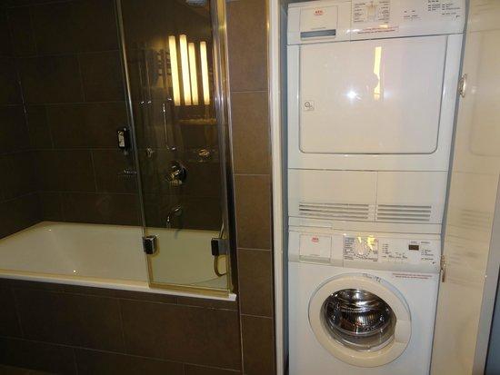 Adina Apartment Hotel Berlin Hackescher Markt : 洗濯機、乾燥機