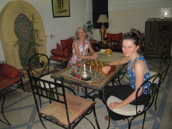 RIAD ABACA BADRA : Assis dans le Rhiad
