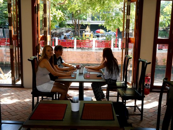 Villa Phra Sumen Bangkok: Great breakfast overlooking a klong! Authenticity....