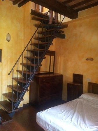 La Bandita Hotel Siena: Escalera para subir al baño