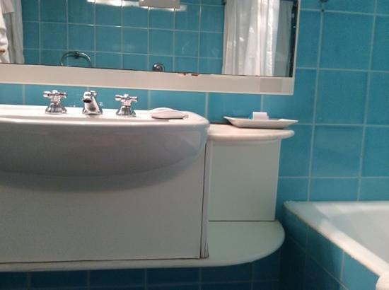 mobile del bagno e specchio scrostati - Picture of Due Lune Resort ...