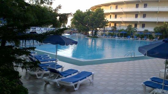 Solo piscina e cloro picture of kalithea horizon royal for Cloro piscina
