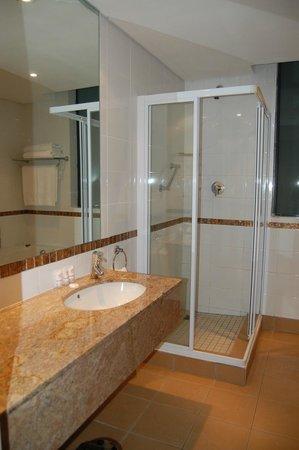 Strand Tower Hotel : Wastafel en douche