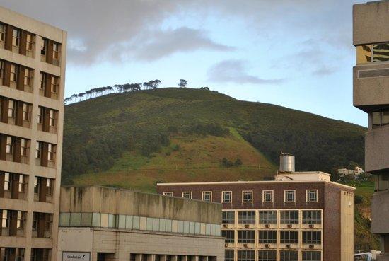 Strand Tower Hotel : Zicht op omringende bergen