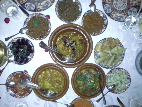 Riad Kniza Restaurant : tajines de viande et poisson + salades autour