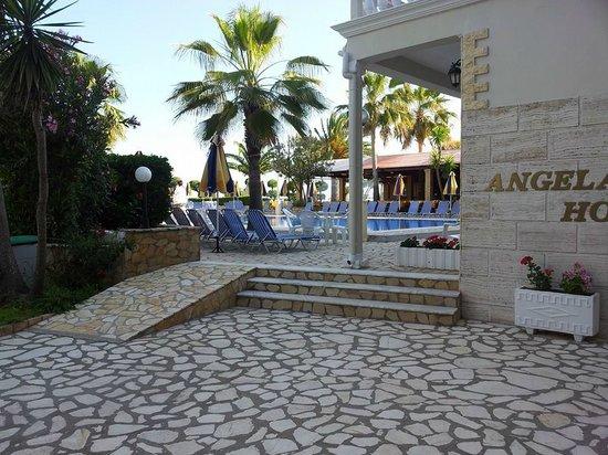 Angela Beach Hotel: entrée principale de l'hôtel