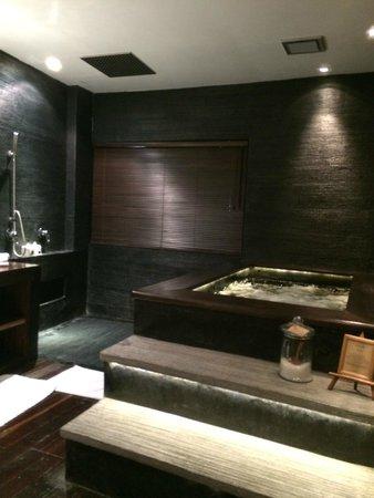 Villa Samadhi : the massive bathroom with the plungepool- note the rain shower