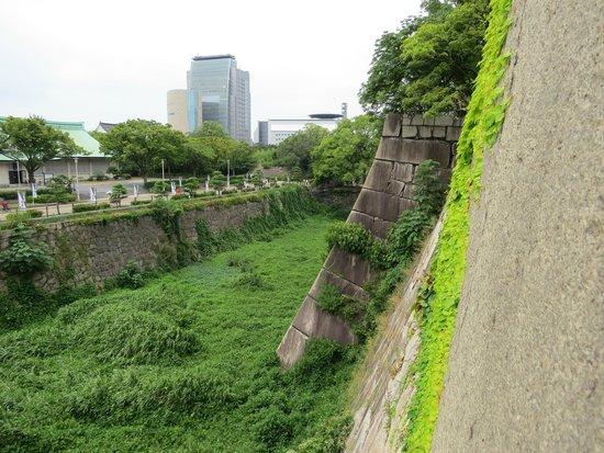 Osaka Castle: Enormes murallas