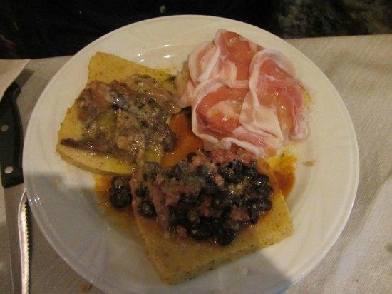 Osteria SaporediVino: Polentine ai tre sapori: pancetta, porcini, fagioli