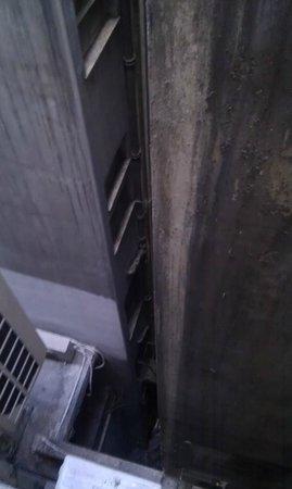 Astor Hotel Athens: Muro visto da finestra camera