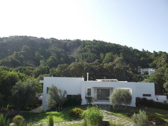 Nathalie Hotel : Vue sur une belle villa et sur la montagne. Reposant !