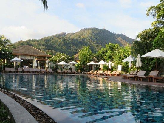 Metadee Resort and Villas: Bar & Pool