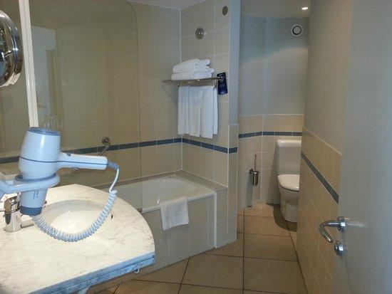 Radisson Blu Astrid Hotel, Antwerp : Bathroom strange layout due to corner room