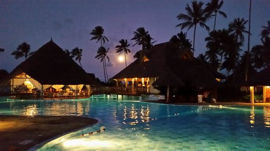 Neptune Pwani Beach Resort & Spa : pizza restaurant in the middle of the pool