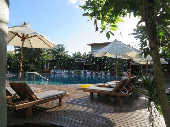 Metadee Resort and Villas : Himmaphan restaurant - BBQ night  & pool