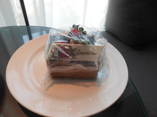 Grand Copthorne Waterfront Hotel: our anniversary cake surprise