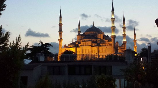 Hotel Sari Konak: Blue Mosque from the roof top and if you turn around you will have sea view.