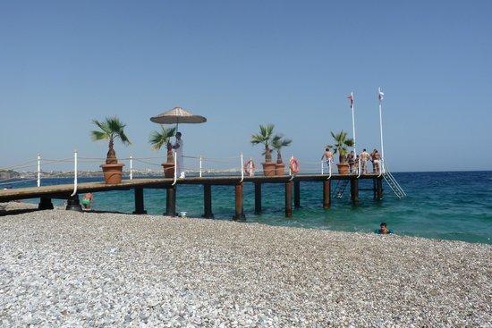 Hotel Su: pontile sulla spiaggia