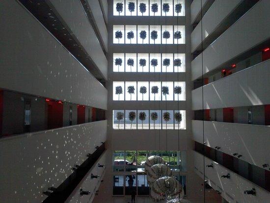 Hotel Su: il finestrone della hall