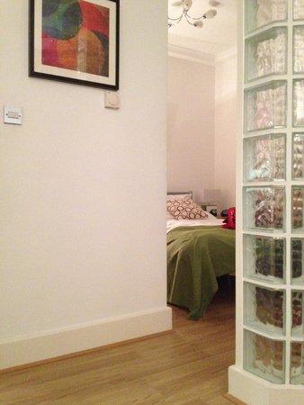 Lamington - Hammersmith Serviced Apartments: Apartamento 63- DORMITORIO Separado del salón un muro de cristales es muy coqueto.
