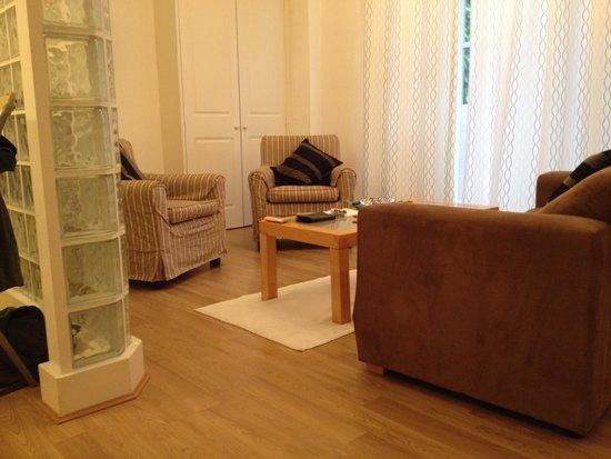 Lamington - Hammersmith Serviced Apartments: Apartamento 63- SALÓN Vista del salón desde la cocina.