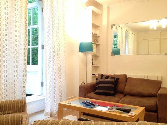 Lamington - Hammersmith Serviced Apartments: Apartamento 63- SALÓN La decoración es sencilla y agradable.