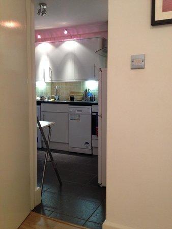 Lamington - Hammersmith Serviced Apartments: Apartamento 63-COCINA (vista desde el salón)
