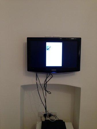 Lamington - Hammersmith Serviced Apartments: Apartamento 63-SALÓN Los cable de la TV cuelgan y desmerecen la decoración del salón.