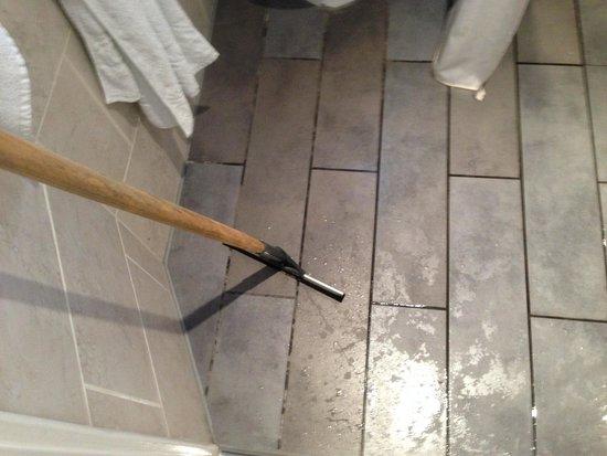 Lamington - Hammersmith Serviced Apartments: Apartamento 63- BAÑO Espátula de goma para arrastar el agua del suelo que se moja al ducharse.