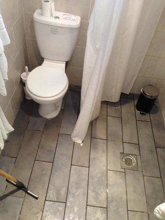 Lamington - Hammersmith Serviced Apartments: Apartamento 63- BAÑO No hay plato de ducha ni mampara y al ducharse el suelo se encharca.