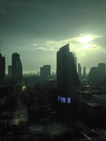 Eastin Grand Hotel Sathorn: Evening view from our room