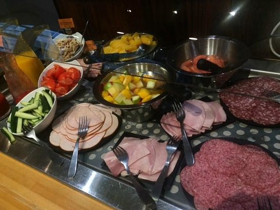 Holiday Inn Paris Marne La Vallee: Breakfast selection, Halal and regular cold cuts