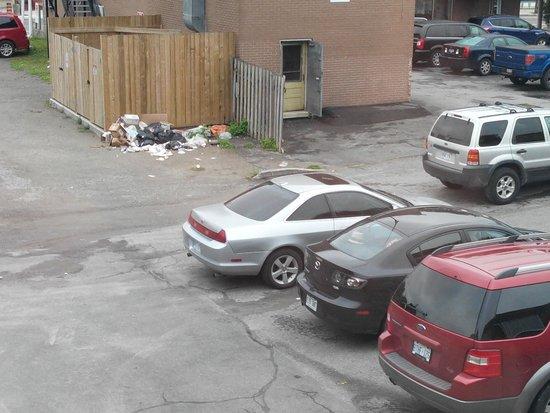 Econo Lodge Downtown: Parking et poubelles