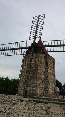 Moulin de Daudet : 夏の曇り空にムーラン