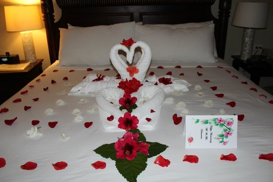 Sandals Ochi Beach Resort: Swans and flowers on our bed for romance