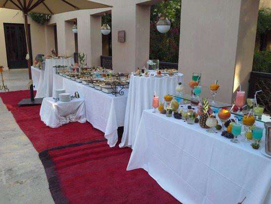 Club Med Marrakech le Riad : buffet apéritif autour de la piscine
