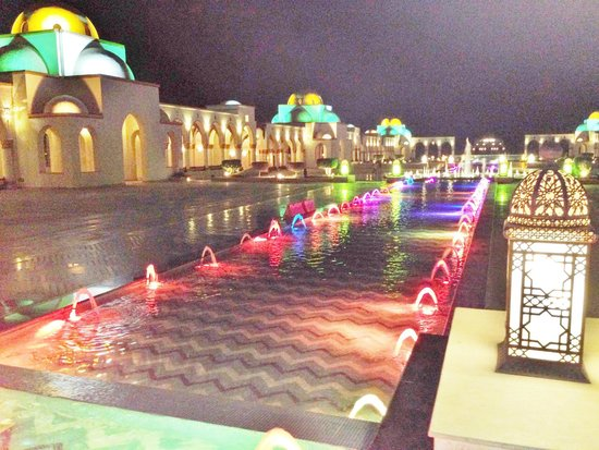 Old Palace Resort: Neighbouring area with restaurant/shops