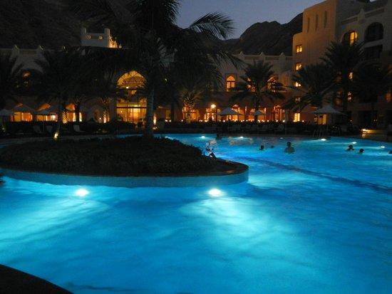 Shangri-La Barr Al Jissah Resort & Spa: early evening poolside