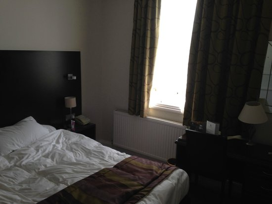 Down Hall Country House Hotel: Cramped room, pointless desk taking up valuable space.