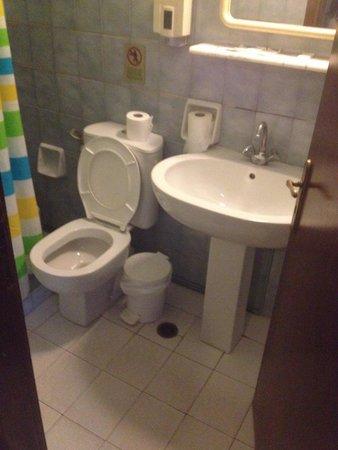 Horizon Beach Hotel : Questo sarebbe il bagno di un 4 stelle