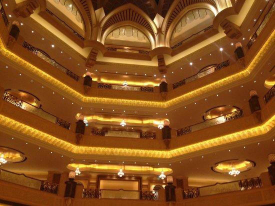 Emirates Palace : Холл отеля, вид на галереи с номерами