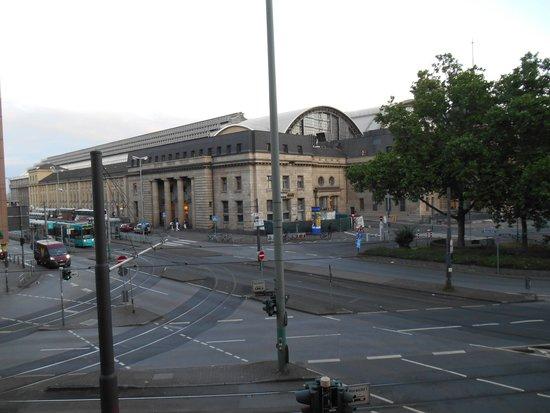 Novum Hotel Continental Frankfurt: 107号室から見える中央駅