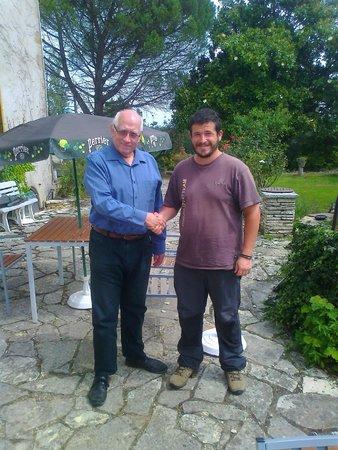 El dueño de Le Lapin Blanc y yo en una parte de la terraza