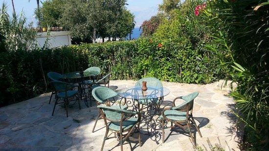 Minyon Hotel: Hotel Garden tea coffee area