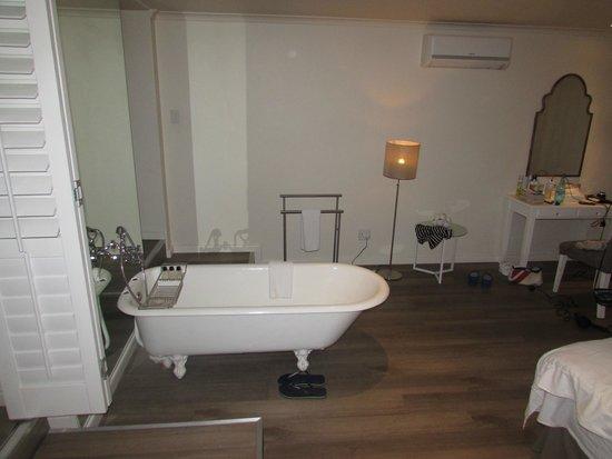 More Quarters Hotel : Bedroom